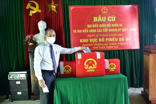 787 cử tri đặc biệt ở Thừa Thiên Huế được bầu cử ngay tại cửa phòng cách ly - Ảnh 7.