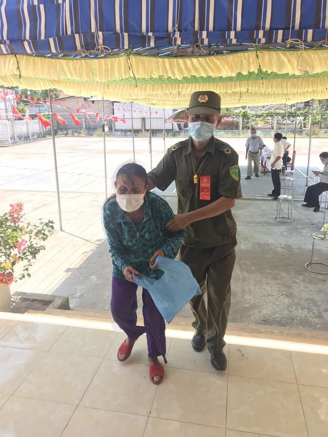 787 cử tri đặc biệt ở Thừa Thiên Huế được bầu cử ngay tại cửa phòng cách ly - Ảnh 6.