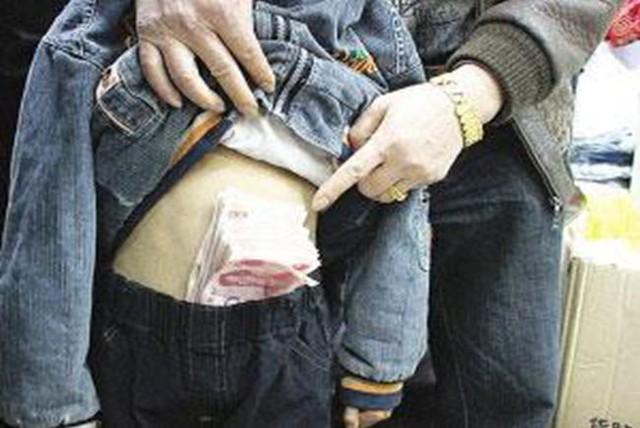 Con gái 6 tuổi cầm hơn 300 nghìn đồng đi mua muối nhưng không mang tiền thừa về, mẹ tức giận tìm ông chủ mới phát hiện sự thật về con mình - Ảnh 1.
