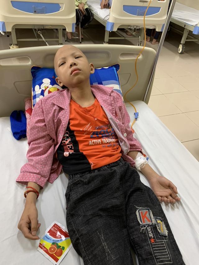 Không còn tiền, người mẹ nghèo bất lực nhìn con đau đớn với bệnh tật - Ảnh 2.