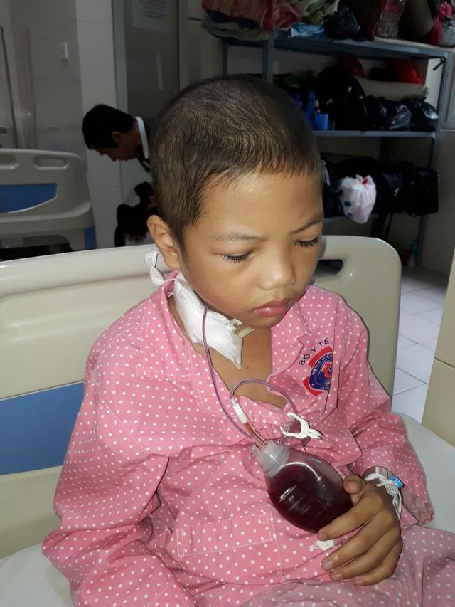 Không còn tiền, người mẹ nghèo bất lực nhìn con đau đớn với bệnh tật - Ảnh 3.