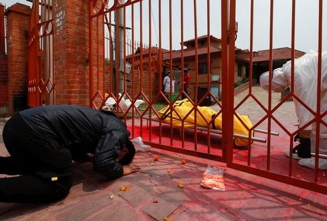 Nỗi sợ hãi mang tên Nepal - nước láng giếng Ấn Độ: Lò hỏa táng quá tải, phải thiêu người chết vì COVID-19 ngoài trời - Ảnh 4.