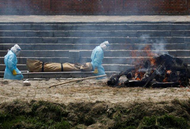 Nỗi sợ hãi mang tên Nepal - nước láng giếng Ấn Độ: Lò hỏa táng quá tải, phải thiêu người chết vì COVID-19 ngoài trời - Ảnh 5.