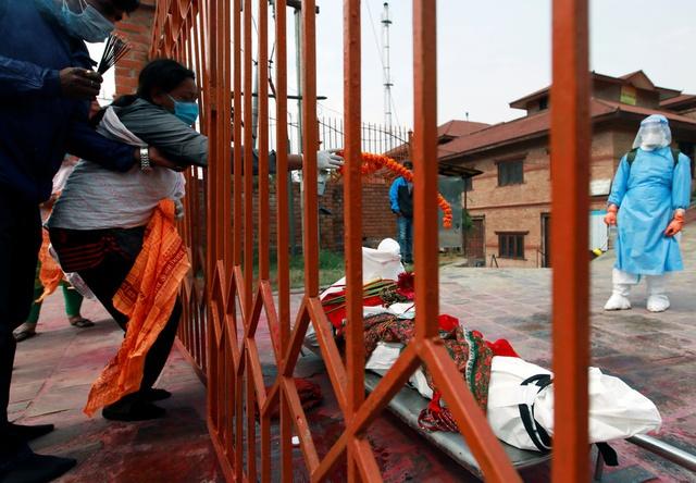 Nỗi sợ hãi mang tên Nepal - nước láng giếng Ấn Độ: Lò hỏa táng quá tải, phải thiêu người chết vì COVID-19 ngoài trời - Ảnh 3.