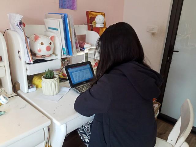 Học sinh Hà Nội trong ngày đầu học trực tuyến sau kỳ nghỉ lễ 30/4 – 1/5 - Ảnh 2.