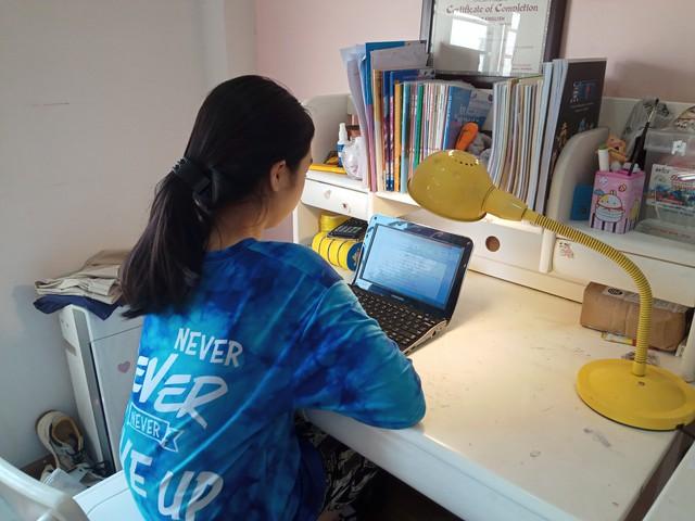 Học sinh Hà Nội trong ngày đầu học trực tuyến sau kỳ nghỉ lễ 30/4 – 1/5 - Ảnh 3.