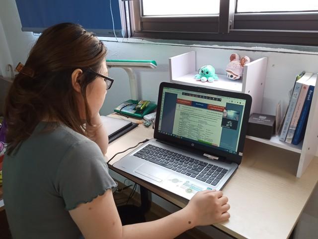 Học sinh Hà Nội trong ngày đầu học trực tuyến sau kỳ nghỉ lễ 30/4 – 1/5 - Ảnh 4.