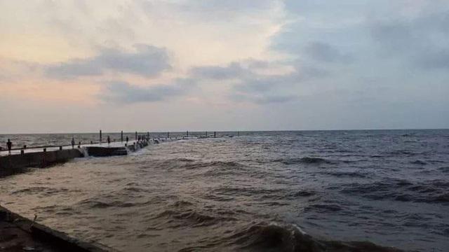 Ngồi trên cầu cảng hóng mát, nhóm 5 nam sinh bị sóng đánh rơi xuống làm 1 em tử vong - Ảnh 1.