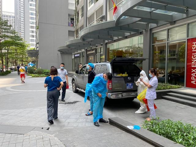 Người dân tòa nhà Park 10 Times City nhận đồ tiếp tế từ ngoài sân - Ảnh 4.