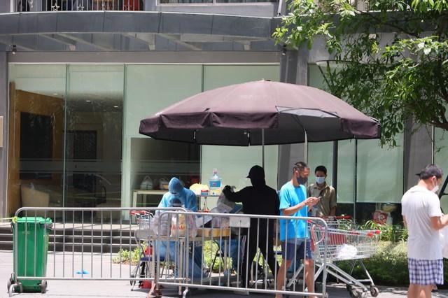 Người dân tòa nhà Park 10 Times City nhận đồ tiếp tế từ ngoài sân - Ảnh 7.