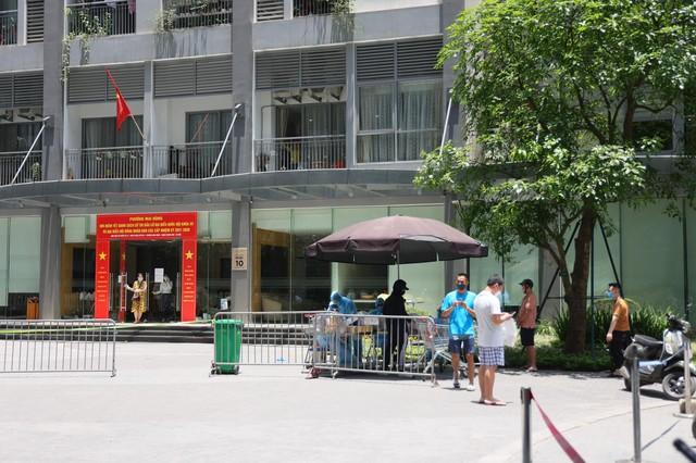 Người dân tòa nhà Park 10 Times City nhận đồ tiếp tế từ ngoài sân - Ảnh 3.