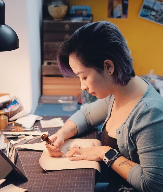 Bỏ lương nghìn đô, cô gái Hà Nội khởi nghiệp với nghề điêu khắc da bò - Ảnh 1.