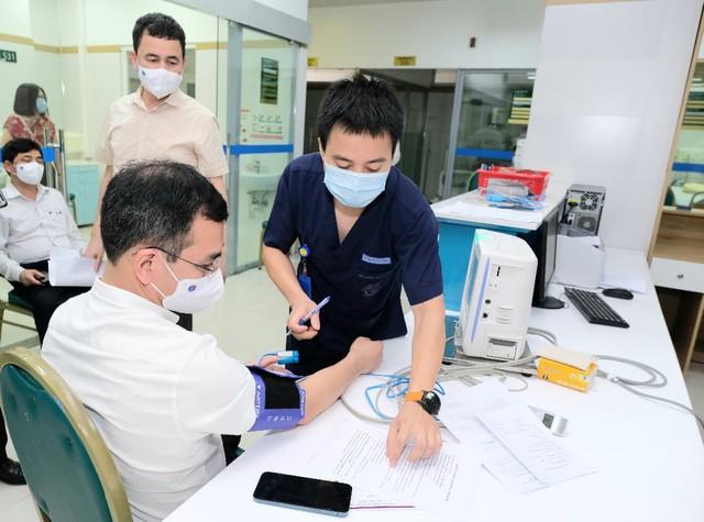 Bộ trưởng Bộ Y tế tiêm vaccine COVID-19 - Ảnh 4.