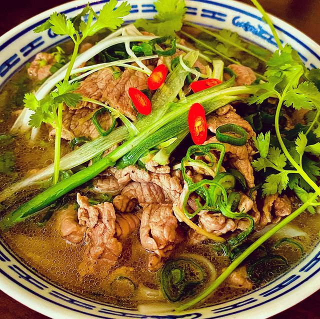 Ông bố đảm người Đức chia sẻ bí quyết làm xúc xích nổi tiếng, tiết lộ vô cùng yêu thích và có thể chế biến hơn 40 món ăn Việt Nam - Ảnh 11.