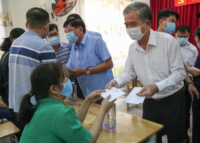 Lãnh đạo TP.HCM thăm hỏi gia đình trong vụ hỏa hoạn khiến 8 người tử vong - Ảnh 1.