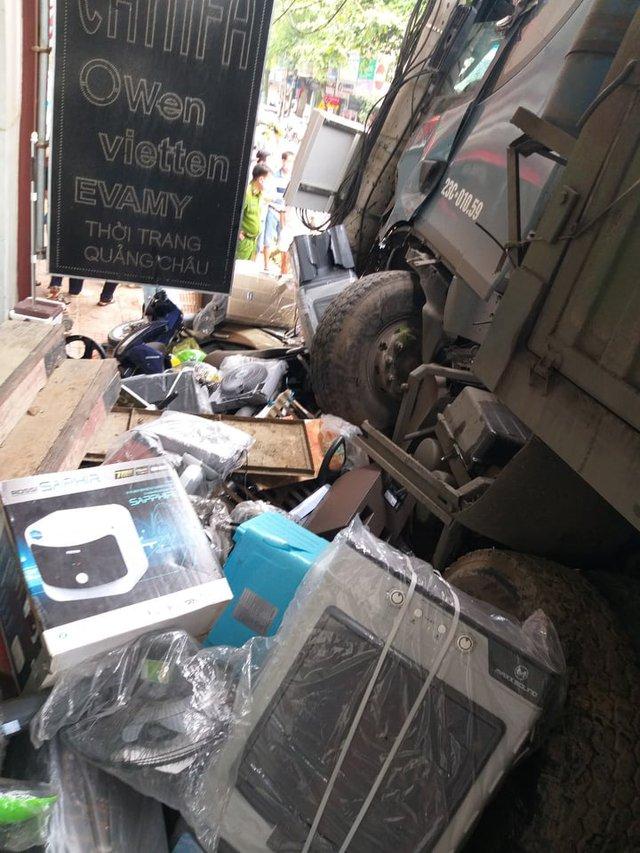 Tài xế bẻ lái, tông nát 13 xe máy để cứu 2 người được giúp đỡ hơn 800 triệu đồng - Ảnh 4.
