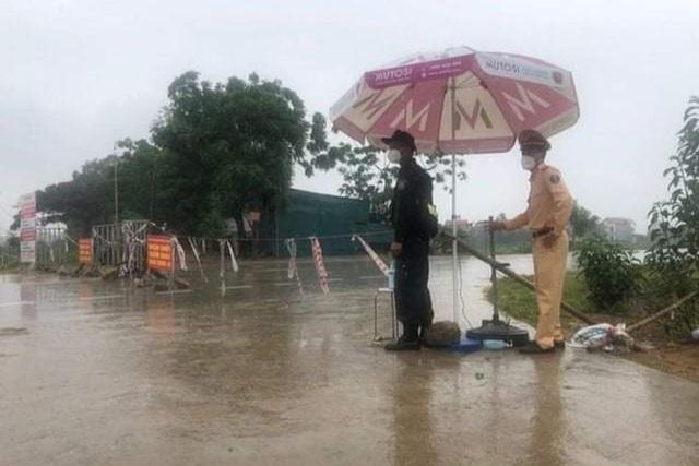 Những khoảnh khắc vượt nắng, thắng mưa của Công an Bắc Giang thời dịch  - Ảnh 2.