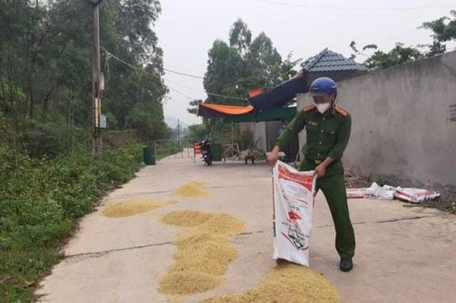 Những khoảnh khắc vượt nắng, thắng mưa của Công an Bắc Giang thời dịch  - Ảnh 12.