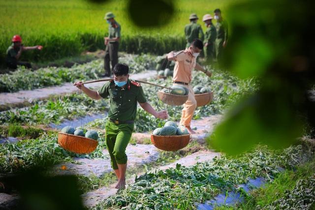 Những khoảnh khắc vượt nắng, thắng mưa của Công an Bắc Giang thời dịch  - Ảnh 11.