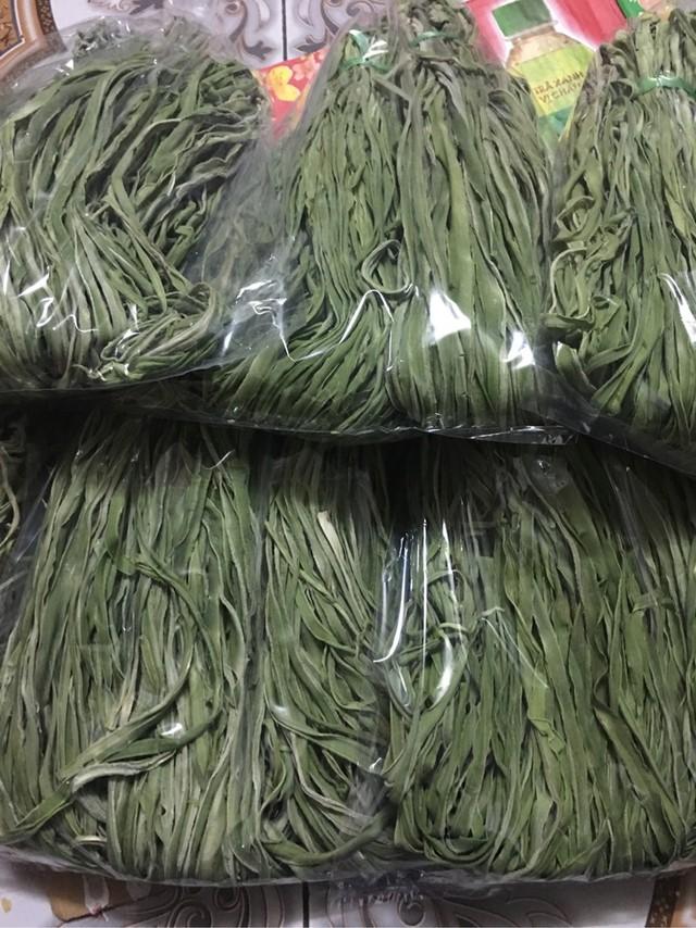 Bó rau khô như nắm rơm mà giá tận 500.000 đồng/kg, khách Thủ đô muốn ăn phải đặt trước nửa tháng - Ảnh 2.