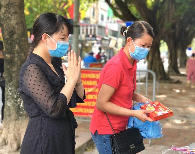 Hà Nội: Thí sinh rồng rắn mang lễ vật đến Văn miếu cầu may trước kỳ thi vào lớp 10 - Ảnh 9.