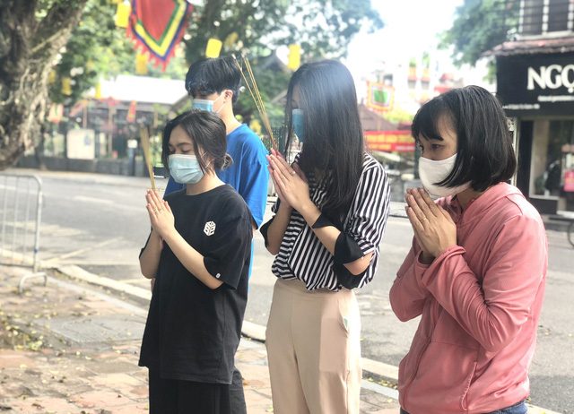 Hà Nội: Thí sinh rồng rắn mang lễ vật đến Văn miếu cầu may trước kỳ thi vào lớp 10 - Ảnh 10.