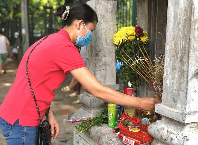 Hà Nội: Thí sinh rồng rắn mang lễ vật đến Văn miếu cầu may trước kỳ thi vào lớp 10 - Ảnh 11.