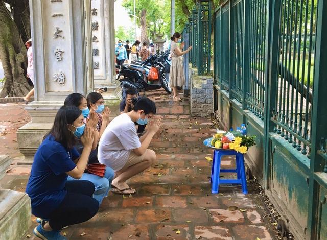 Hà Nội: Thí sinh rồng rắn mang lễ vật đến Văn miếu cầu may trước kỳ thi vào lớp 10 - Ảnh 12.