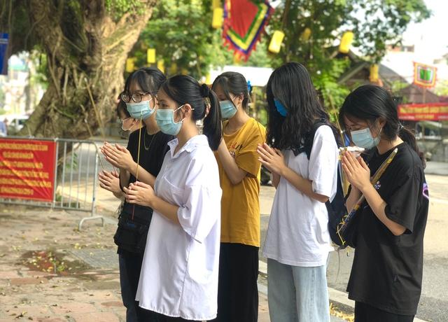 Hà Nội: Thí sinh rồng rắn mang lễ vật đến Văn miếu cầu may trước kỳ thi vào lớp 10 - Ảnh 2.