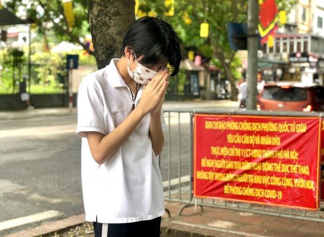 Hà Nội: Thí sinh rồng rắn mang lễ vật đến Văn miếu cầu may trước kỳ thi vào lớp 10 - Ảnh 3.