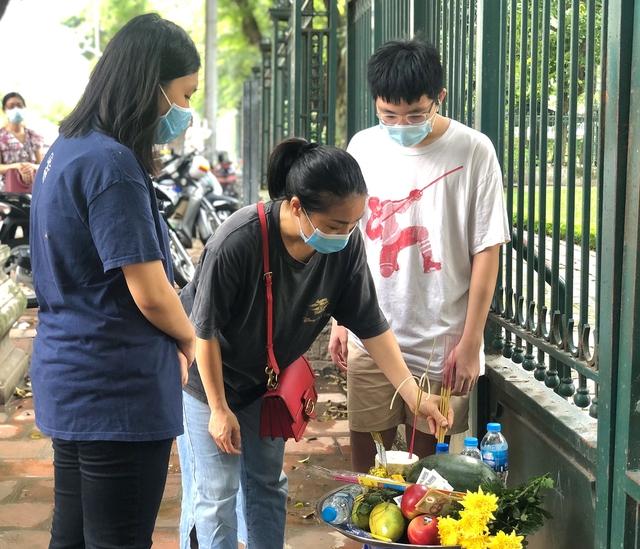 Hà Nội: Thí sinh rồng rắn mang lễ vật đến Văn miếu cầu may trước kỳ thi vào lớp 10 - Ảnh 7.