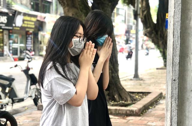 Hà Nội: Thí sinh rồng rắn mang lễ vật đến Văn miếu cầu may trước kỳ thi vào lớp 10 - Ảnh 8.