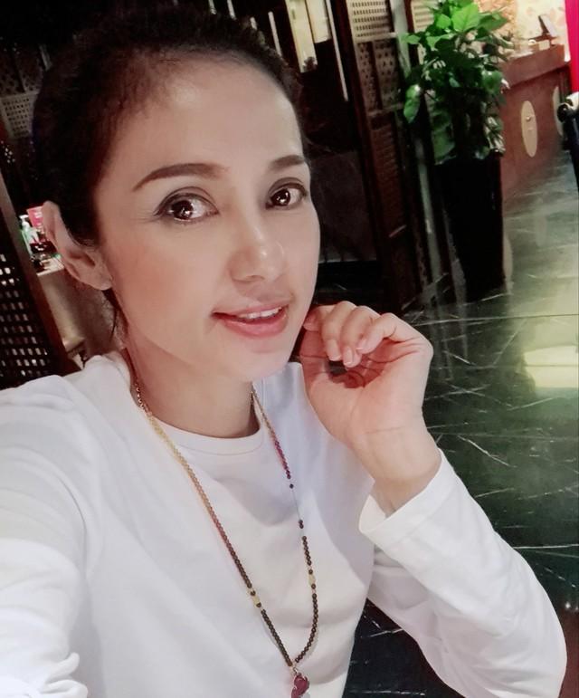 Đời thường trẻ trung tuổi 49 của diễn viên Việt Trinh - Ảnh 2.