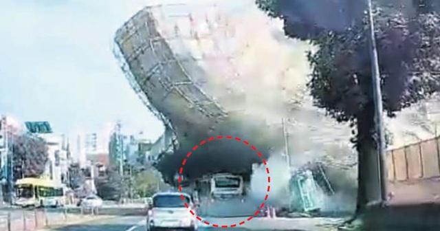 Vụ tòa nhà 5 tầng đổ sập đè nát xe buýt: Nhân viên cứu hỏa mô tả cảnh hiện trường ám ảnh, chỉ vài lời chia sẻ đã gây xúc động mạnh - Ảnh 1.