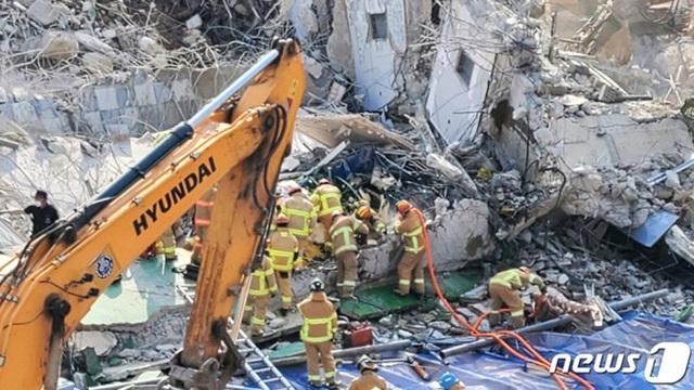 Vụ tòa nhà 5 tầng đổ sập đè nát xe buýt: Nhân viên cứu hỏa mô tả cảnh hiện trường ám ảnh, chỉ vài lời chia sẻ đã gây xúc động mạnh - Ảnh 3.