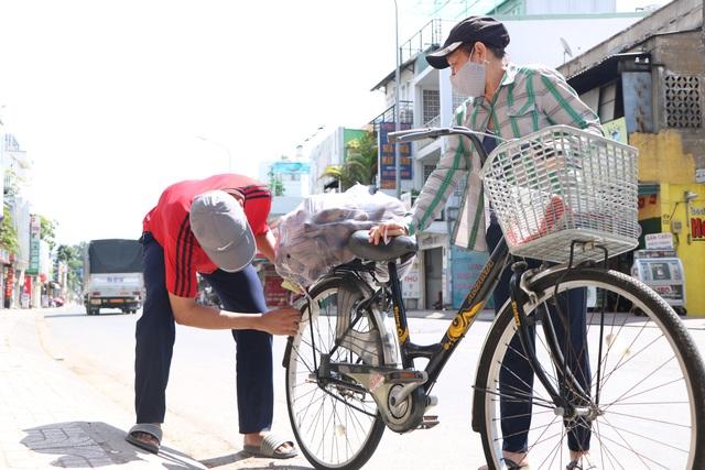 Người dân Sài Gòn tấp nập giải cứu khoai lang tím cho bà con miền Tây - Ảnh 5.