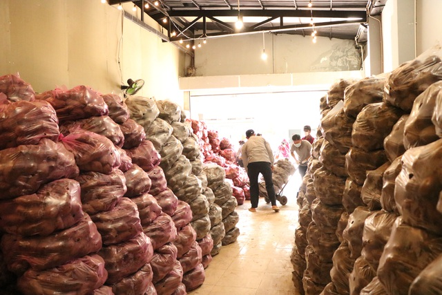 Người dân Sài Gòn tấp nập giải cứu khoai lang tím cho bà con miền Tây - Ảnh 4.