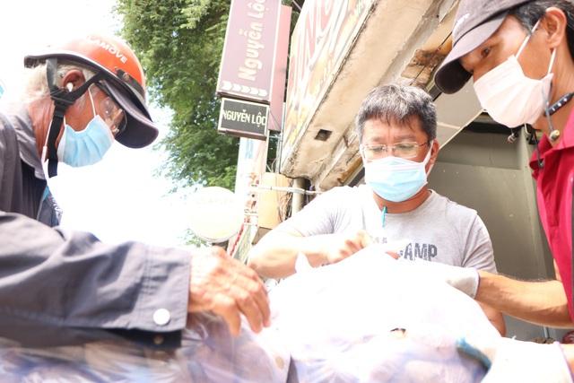 Người dân Sài Gòn tấp nập giải cứu khoai lang tím cho bà con miền Tây - Ảnh 6.