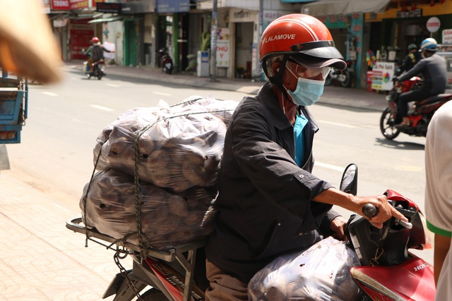 Người dân Sài Gòn tấp nập giải cứu khoai lang tím cho bà con miền Tây - Ảnh 10.