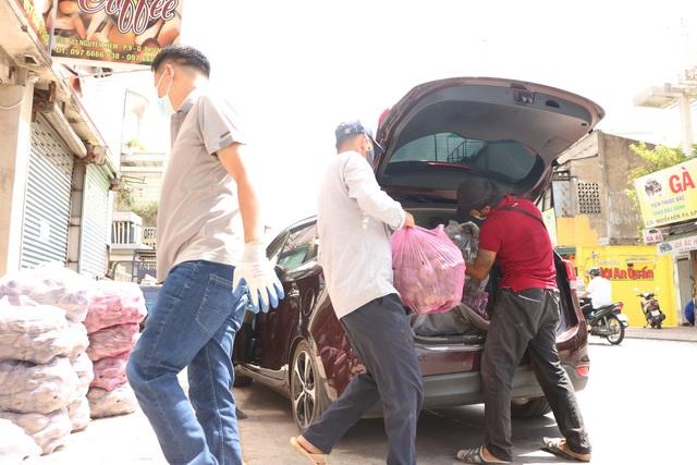 Người dân Sài Gòn tấp nập giải cứu khoai lang tím cho bà con miền Tây - Ảnh 11.