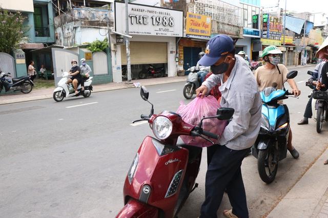 Người dân Sài Gòn tấp nập giải cứu khoai lang tím cho bà con miền Tây - Ảnh 9.