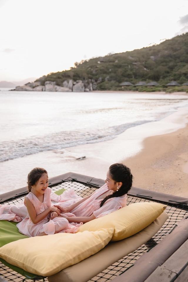 Hà Kiều Anh và con gái ngắm hoàng hôn trên biển - Ảnh 5.