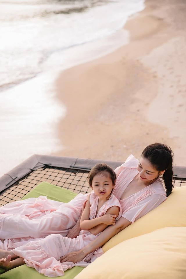 Hà Kiều Anh và con gái ngắm hoàng hôn trên biển - Ảnh 6.