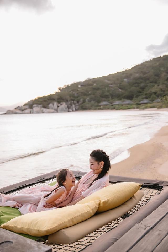 Hà Kiều Anh và con gái ngắm hoàng hôn trên biển - Ảnh 7.