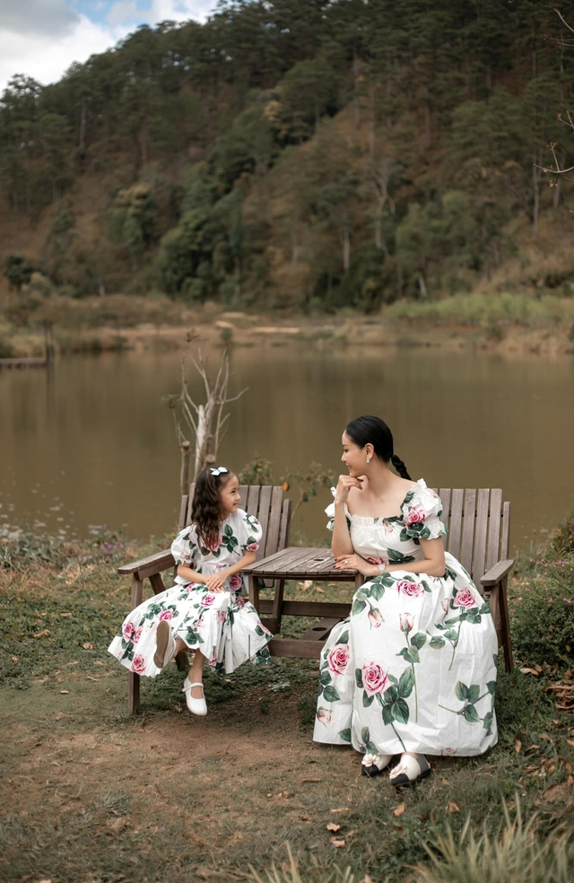 Hà Kiều Anh và con gái ngắm hoàng hôn trên biển - Ảnh 9.