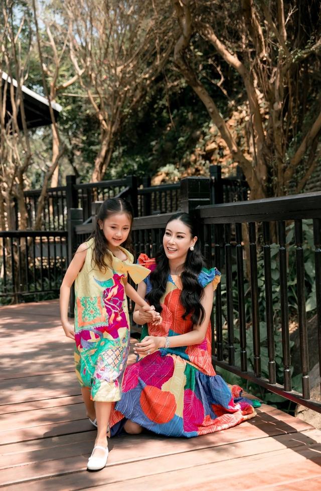 Hà Kiều Anh và con gái ngắm hoàng hôn trên biển - Ảnh 11.