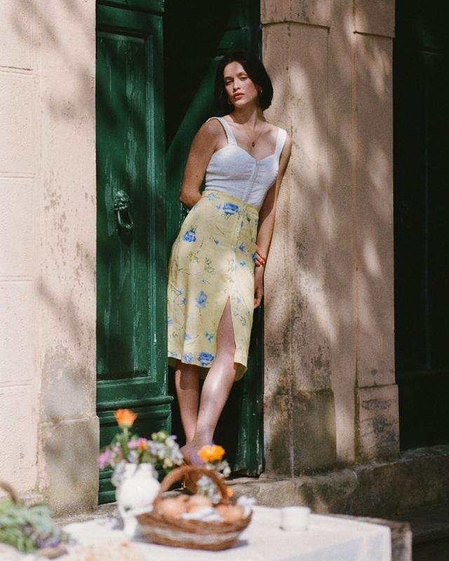 Bí quyết mix chân váy dài hack dáng của phụ nữ Pháp khiến nàng công sở Việt mê mẩn - Ảnh 4.