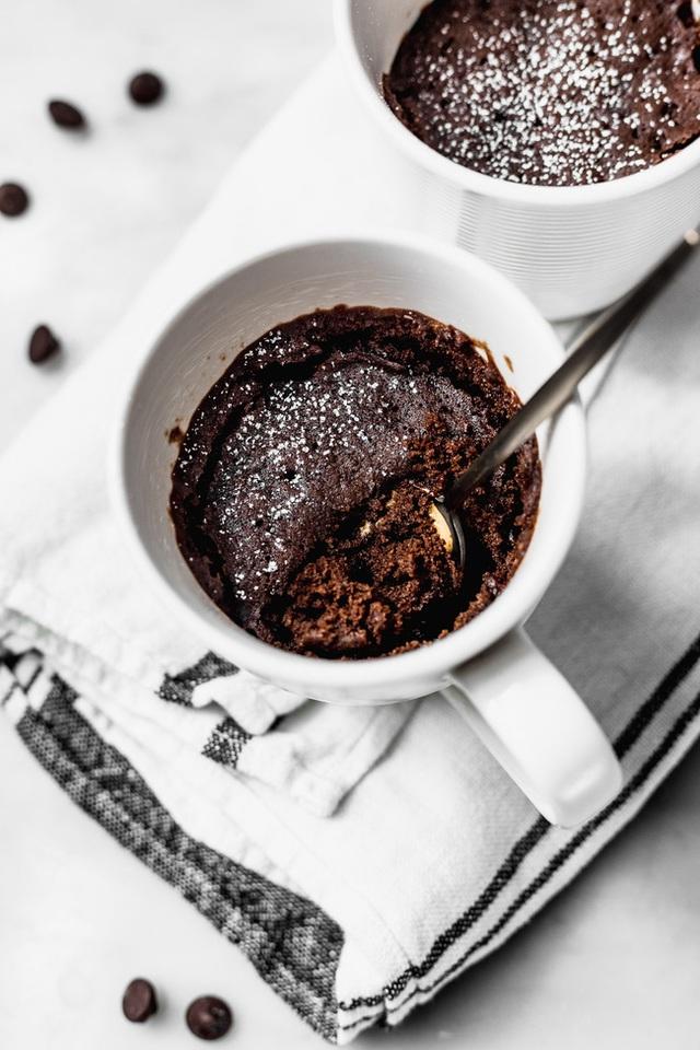 Chẳng cần lò nướng vẫn có thể làm món bánh sô-cô-la ngon lành chỉ trong 5 phút - vụng mấy cũng không thể thất bại! - Ảnh 9.