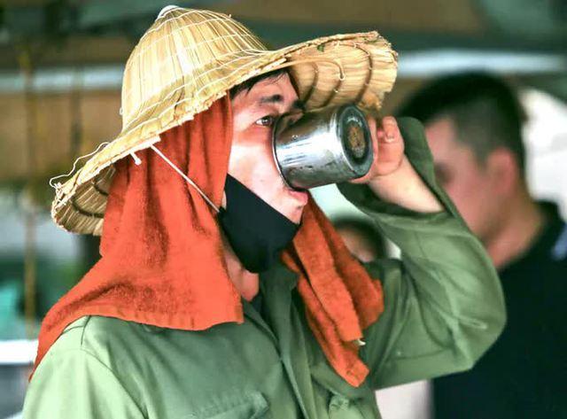 Người lao động mưu sinh ở bến xe Mỹ Đình mướt mồ hôi trong đợt nắng đỉnh điểm  - Ảnh 3.