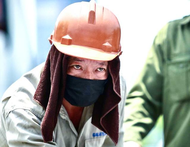 Người lao động mưu sinh ở bến xe Mỹ Đình mướt mồ hôi trong đợt nắng đỉnh điểm  - Ảnh 7.